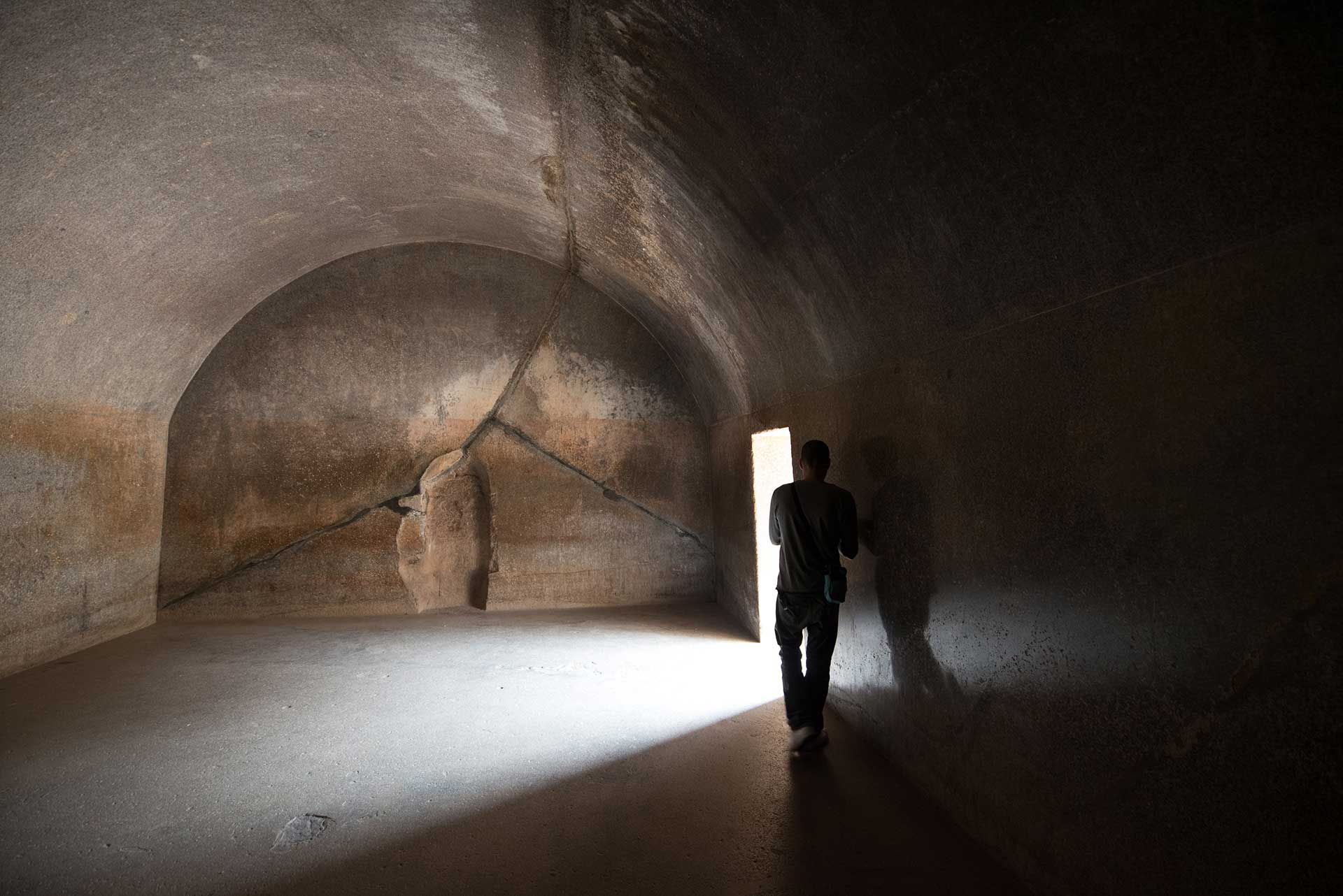 Barabar-BAM-film-granit-miroir-pyramide-inde-yoga-archeologie-05