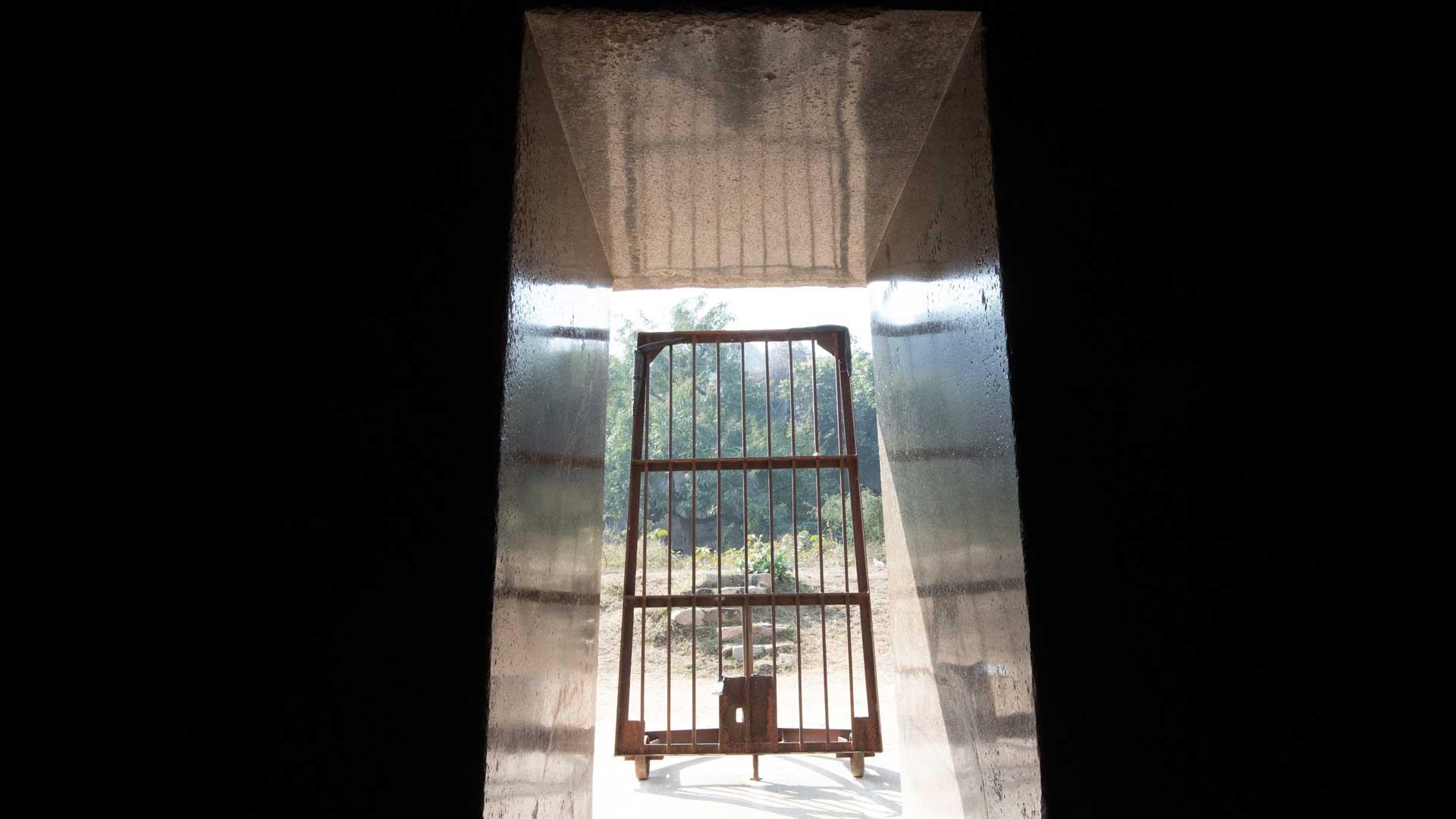Barabar-BAM-film-granit-miroir-pyramide-inde-yoga-archeologie-10
