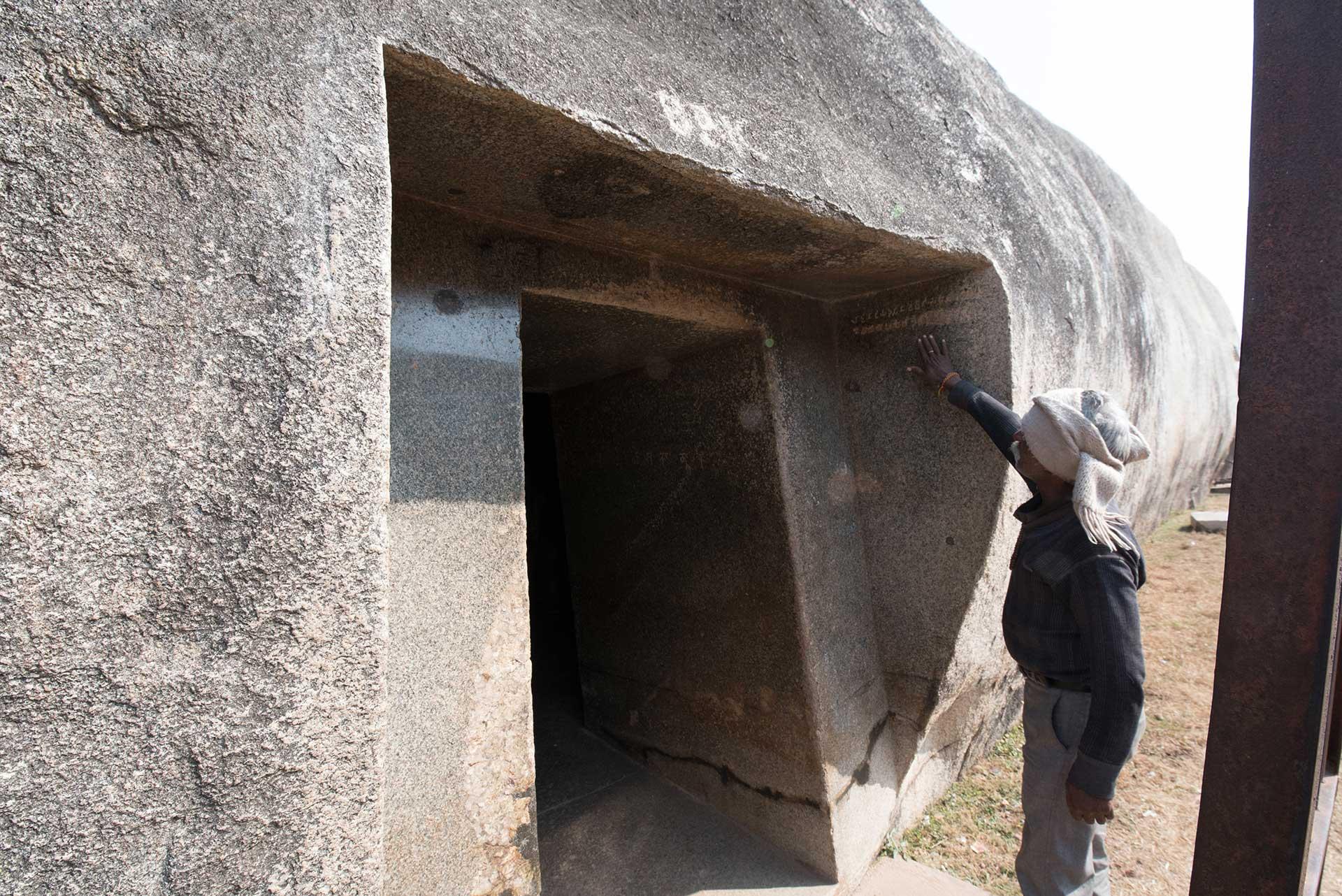 Barabar-BAM-film-granit-miroir-pyramide-inde-yoga-archeologie-11