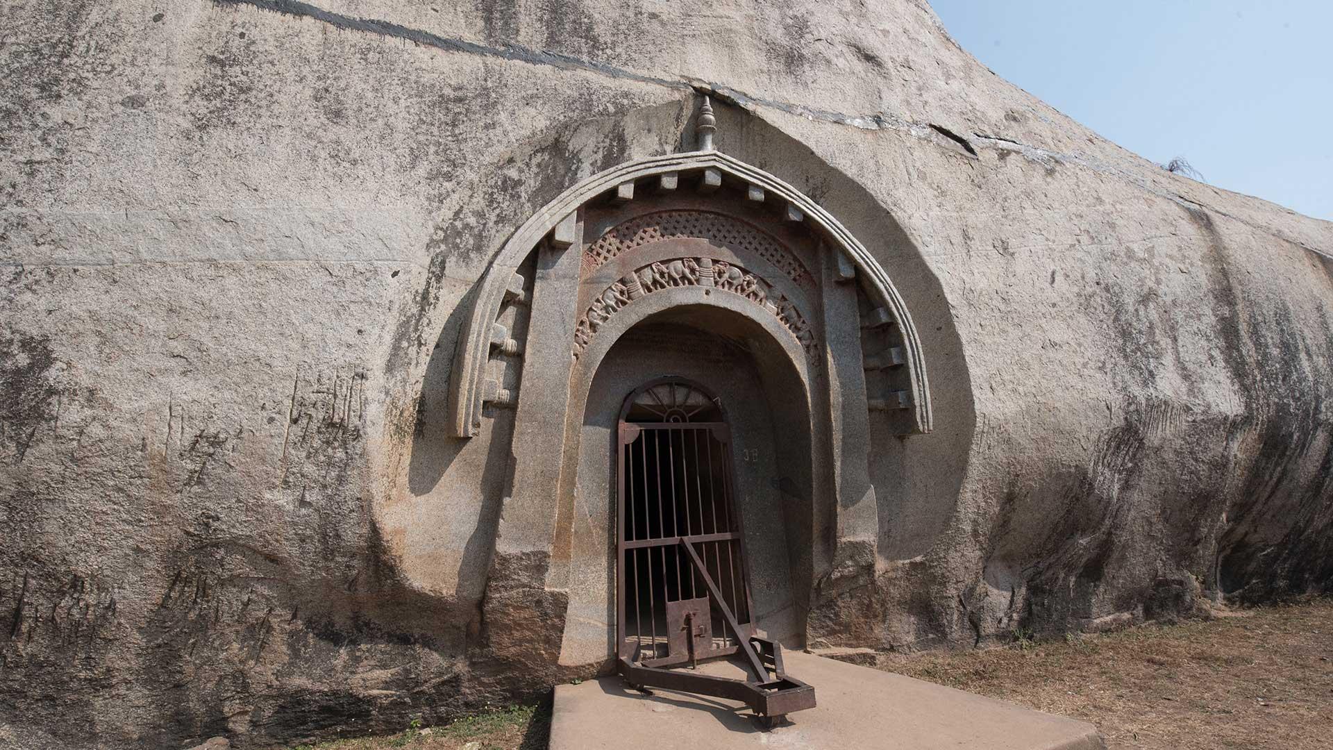 Barabar-BAM-film-granit-miroir-pyramide-inde-yoga-archeologie-12