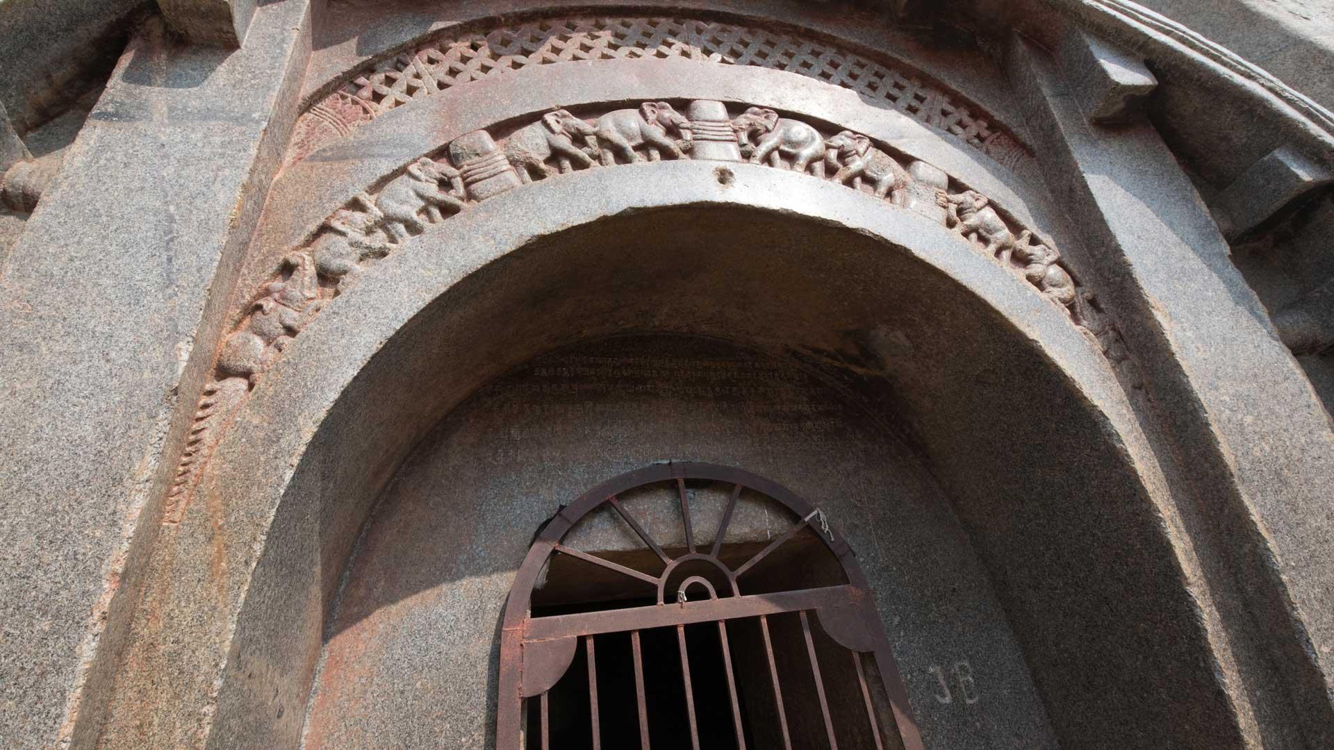 Barabar-BAM-film-granit-miroir-pyramide-inde-yoga-archeologie-17
