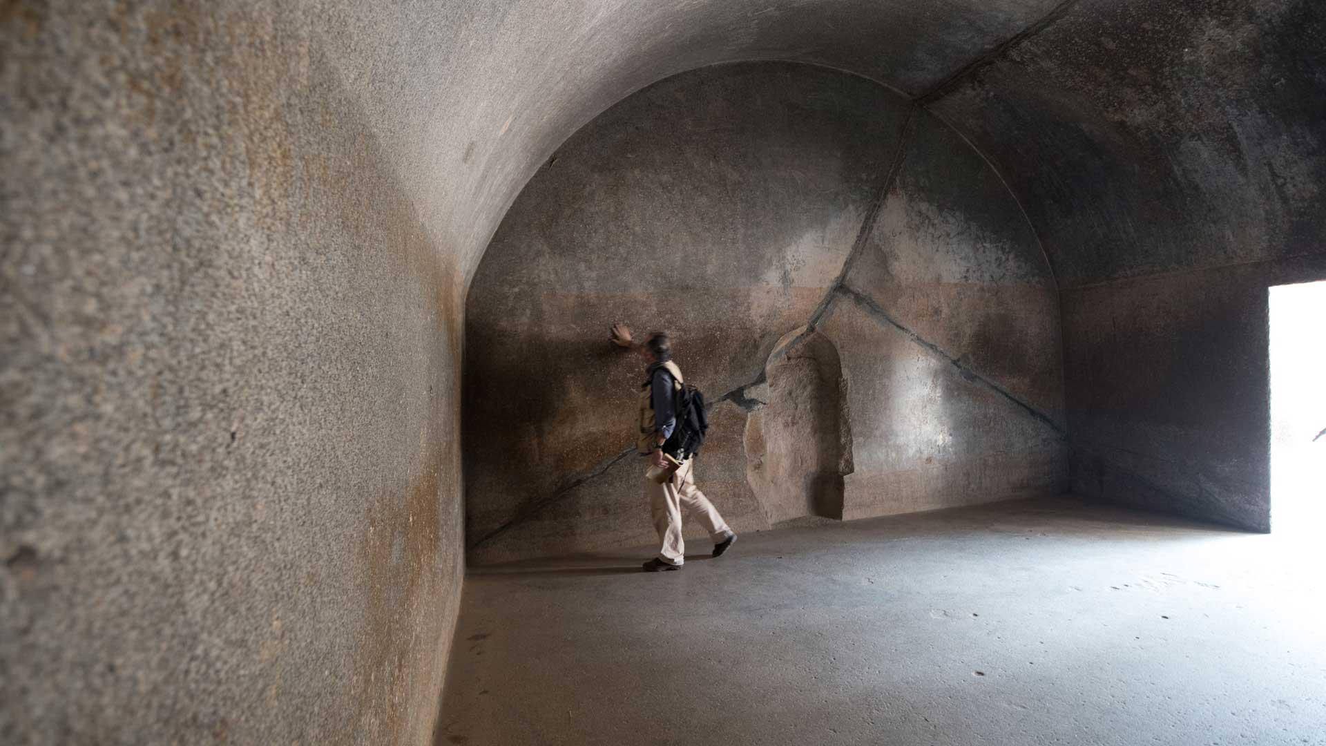 Barabar-BAM-film-granit-miroir-pyramide-inde-yoga-archeologie-21