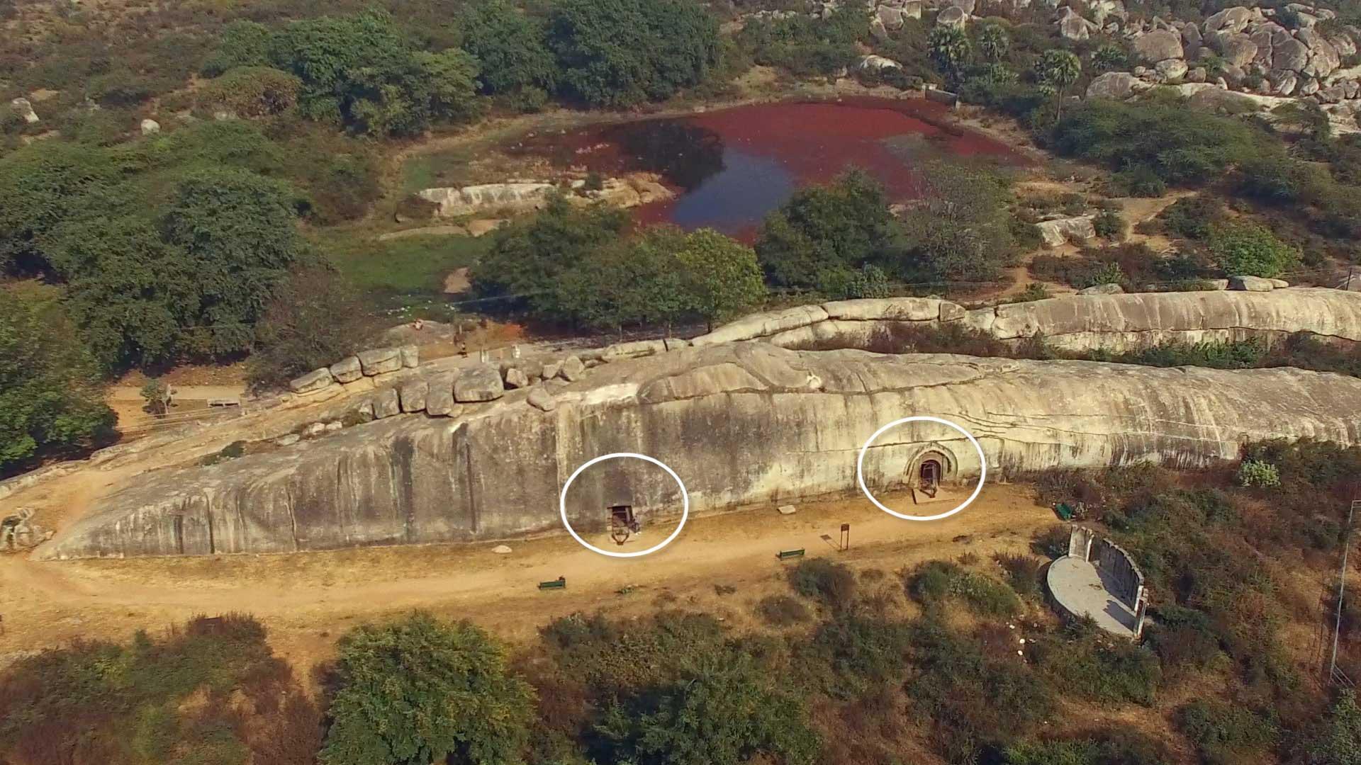 Barabar-BAM-film-granit-miroir-pyramide-inde-yoga-archeologie-baleine-granit-01