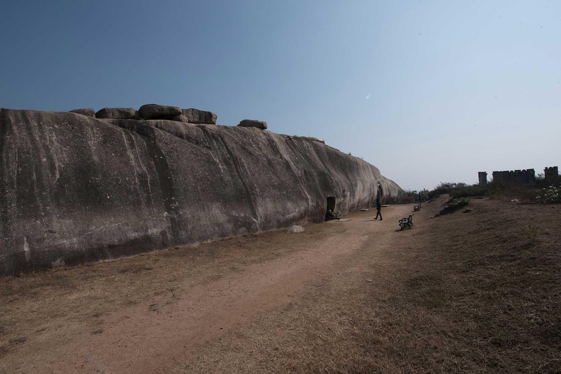 Barabar-BAM-film-granit-miroir-pyramide-inde-yoga-archeologie-baleine-granit
