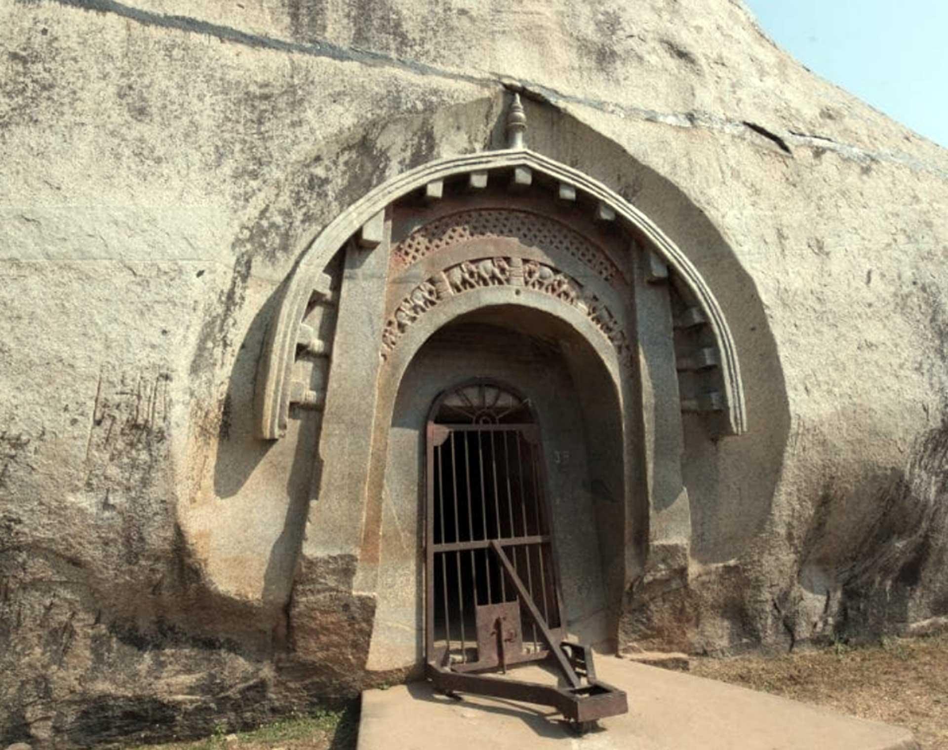 Barabar-BAM-film-granit-miroir-pyramide-inde-yoga-archeologie-livre-barabar-1920-1520
